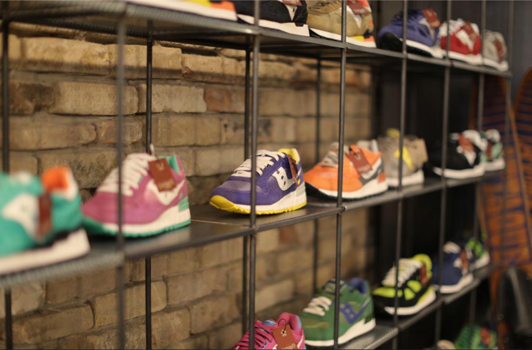 Saucony: consigli di stile per portare al meglio la sneaker più amata del momento.